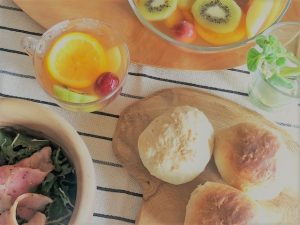 フルーツティーと自家製パン&ルッコラサラダ